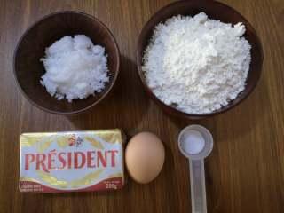 酥酥脆脆+烤箱版+黑芝麻小麻花,原料:黄油、鸡蛋、低筋面粉、白糖(或者糖粉)、盐。