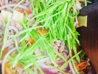 洋葱青椒炒牛肉,放入青椒炒至断生