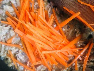 洋葱青椒炒牛肉,放入胡萝卜丝炒至变软
