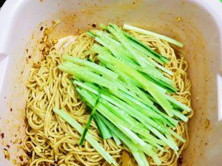 夏日凉面,搅拌均匀后加入切好的黄瓜🥒丝搅拌均匀。