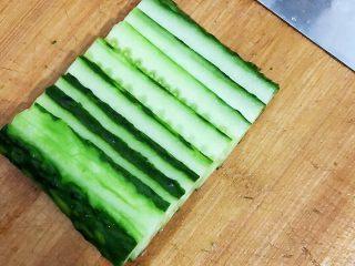 夏日凉面,将一根黄瓜🥒洗净、削皮,切丝。