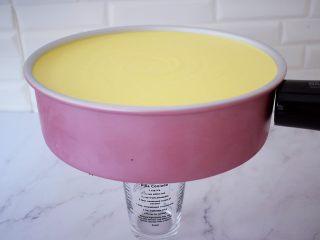寿星公芒果慕斯蛋糕(十寸),取出已经凝固的慕斯蛋糕,底部用杯子垫上,再用用吹风机对着模具四周吹一吹