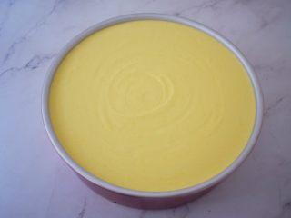 寿星公芒果慕斯蛋糕(十寸),再把拌匀的慕斯糊倒入模具中,盖上保鲜膜,放入冰箱冷藏一夜