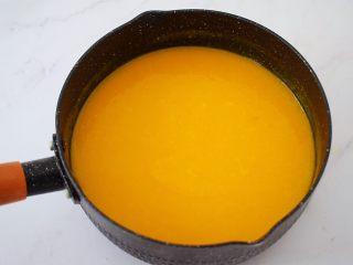 寿星公芒果慕斯蛋糕(十寸),放到炉上小火加热至吉利丁片融化,关火晾凉