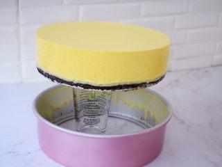 寿星公芒果慕斯蛋糕(十寸),模具会慢慢的往下脱落,底部用锯齿刀轻轻一划就脱模了