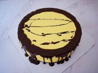 寿星公芒果慕斯蛋糕(十寸),小心的淋在慕斯蛋糕的边缘