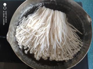糙米薄皮菜团子,金针菇洗净切去根部,放锅里焯水,捞出放凉水中投凉,然后攥干水分。