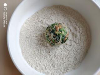糙米薄皮菜团子,将攥好的菜团放入糙米粉中,均匀的滚上一层糙米粉。