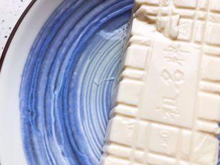鲍鱼干贝XO酱拌香椿皮蛋豆腐,撇去豆腐的水