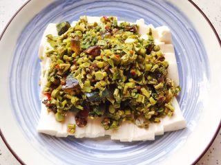 鲍鱼干贝XO酱拌香椿皮蛋豆腐,铺上拌好的香椿皮蛋,即可