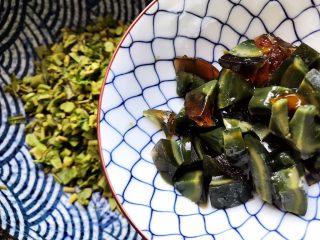 鲍鱼干贝XO酱拌香椿皮蛋豆腐,加入皮蛋
