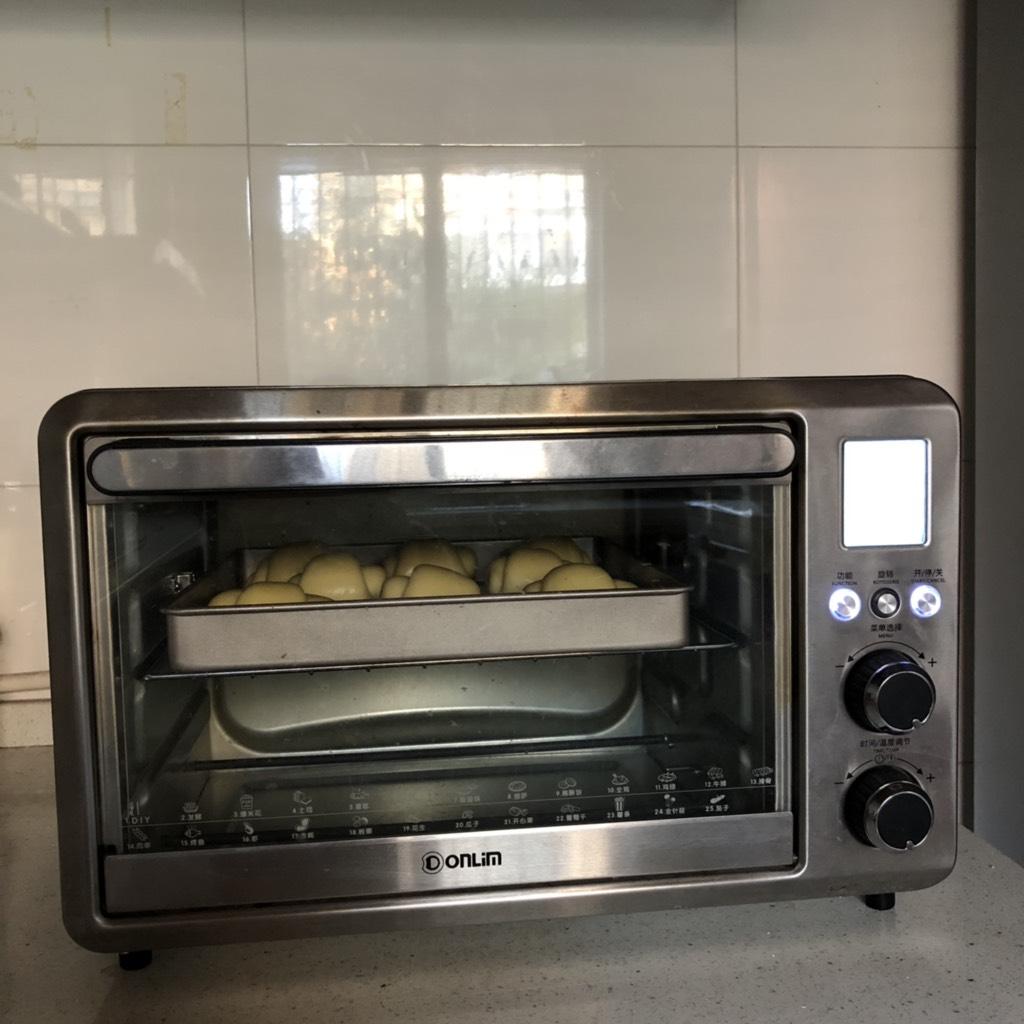 黄油卷,送入预热好的烤箱、中层、上次火180度烤12分钟左右、直到表面金黄即可出炉。</p> <p>上色了注意加盖锡纸!