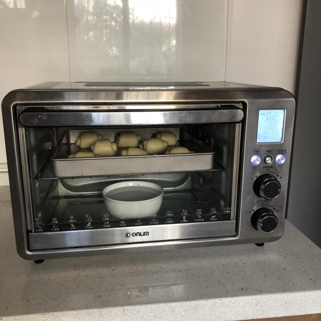黄油卷,送入烤箱进行二次发酵、发至原来的2倍大小。</p> <p>