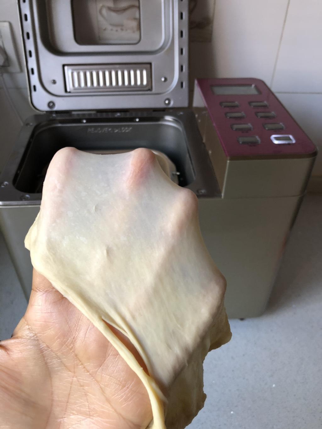 黄油卷,所有材料(黄油除外)加入面包桶开启和面程序20-30分钟,十分钟加入软化的黄油,继续揉至能拉出厚膜的扩展阶段</p> <p>