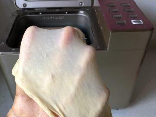 黄油卷,所有材料(<a style='color:red;display:inline-block;' href='/shicai/ 887/'>黄油</a>除外)加入面包桶开启和面程序20-30分钟,十分钟加入软化的黄油,继续揉至能拉出厚膜的扩展阶段