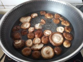 蚝油香菇,放入香菇焯十分钟