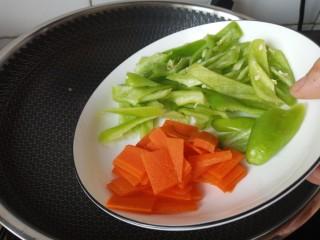 蚝油香菇,放胡萝卜,青椒炒软