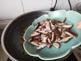 蚝油香菇,放入香菇