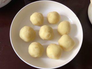 土豆凤尾虾球,把土豆泥分成8个差不多大小的土豆球。
