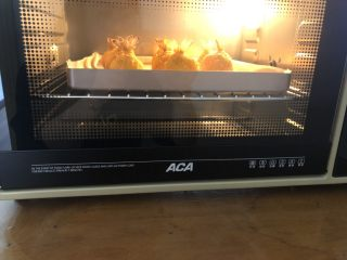 土豆凤尾虾球,烤箱155度上下火预热好后把虾球放入烤箱中层烤20分钟左右就可以了!