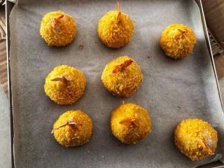 土豆凤尾虾球,小心的把烤盘拿出来。