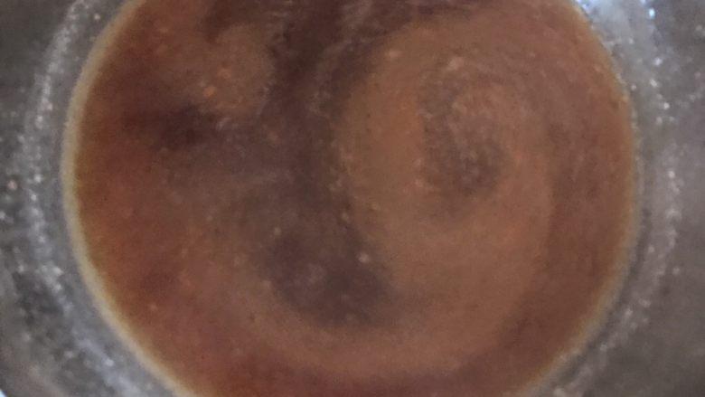 五花肉豆角焖面,汤汁煮沸后舀出一小碗备用