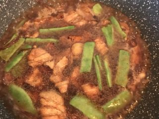 五花肉豆角焖面,加热水没过食材