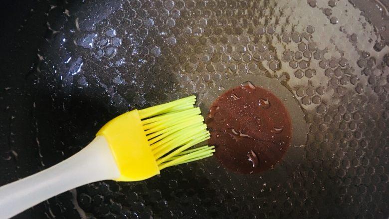 鸡蛋饼,平底锅刷油烧热