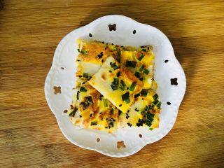 鸡蛋饼,用刀切成小块装盘即可食用
