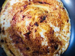 鸡蛋饼,刷上一层黄豆酱