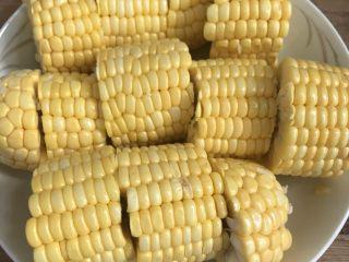 奶香玉米,玉米洗净切段备用。