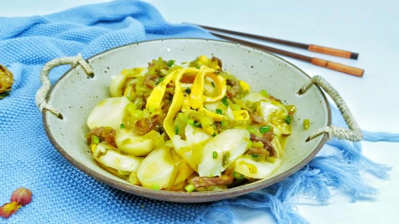 酸菜牛肉年糕汤,年糕汤化解了酸菜本身的咸味,汤汁那叫一个鲜美。