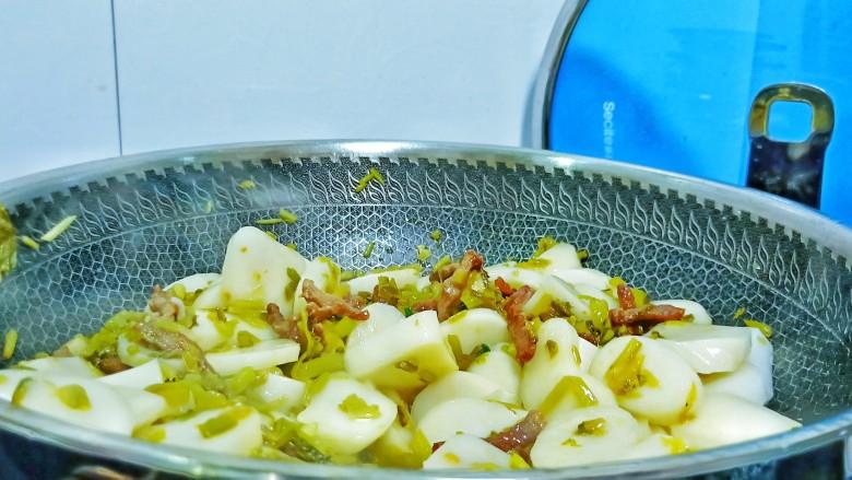 酸菜牛肉年糕汤,加年糕一起入锅煸炒。