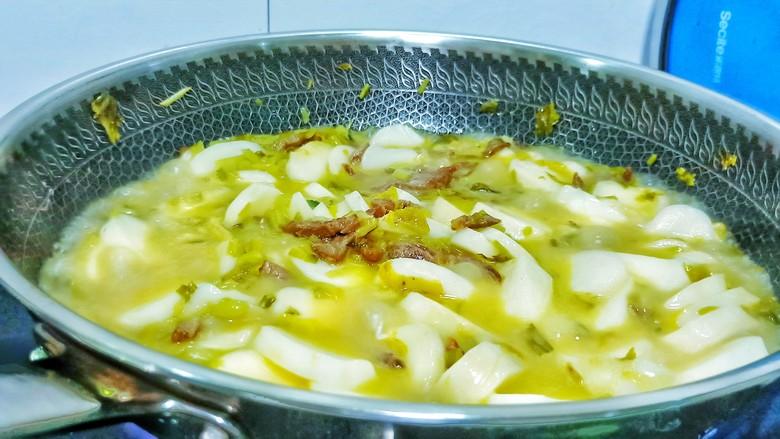 酸菜牛肉年糕汤,开大火慢慢炖,酸菜的咸香味都炖出来了。