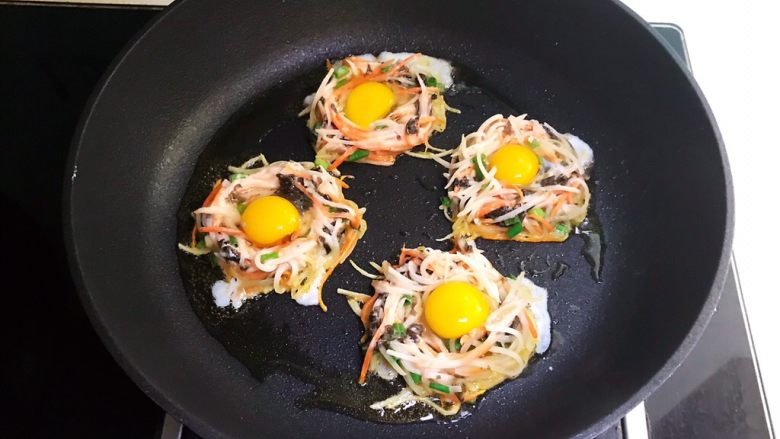时蔬鹌鹑蛋早餐饼,全程小火煎制
