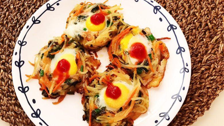 时蔬鹌鹑蛋早餐饼,在鹌鹑蛋上滴上少许番茄酱就可以吃了