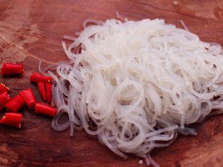 五花肉醋溜绿豆芽,把焯熟的粉条用刀拦几下,小米椒切成丁。