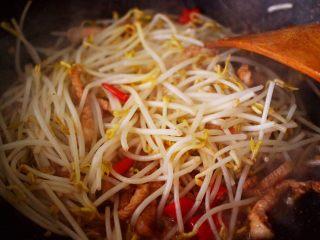 五花肉醋溜绿豆芽,这个时候加入绿豆芽,大火继续翻炒片刻。