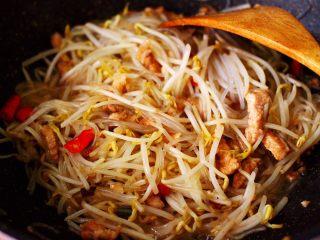 五花肉醋溜绿豆芽,大火继续翻炒至绿豆芽变软的时候。