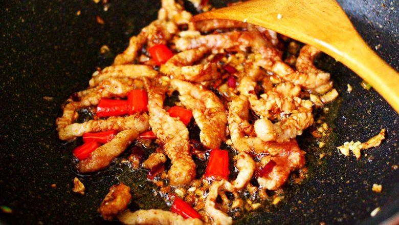 五花肉醋溜绿豆芽,大火继续翻炒片刻,看见五花肉条断生变色的时候。