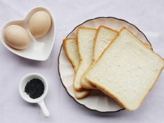 超好吃的蛋烤吐司块,准备材料:土司4片,鸡蛋2个,黑芝麻适量。