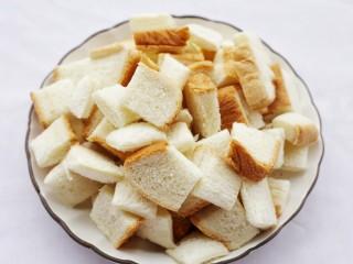 超好吃的蛋烤吐司块,烤箱160℃预热10分钟,土司横竖各切三刀,将土司切成小块。