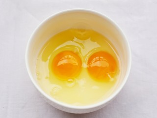 超好吃的蛋烤吐司块,鸡蛋磕入碗中。