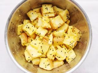 超好吃的蛋烤吐司块,充分搅拌均匀。