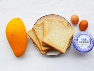 好吃到爆的酸奶芒果土司,准备材料:土司4片,鸡蛋2个,浓稠酸奶1瓶,芒果1个。