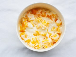 好吃到爆的酸奶芒果土司,搅拌均匀。