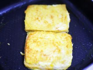 好吃到爆的酸奶芒果土司,平底锅刷一层油,放入土司煎至两面金黄即可。