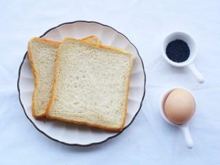 超好吃的土司条,准备材料:土司2片,鸡蛋1个,黑芝麻适量。