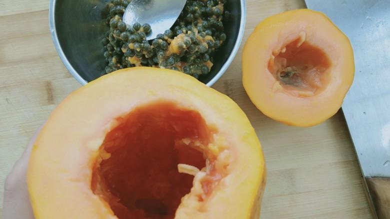 木瓜牛奶冻,把木瓜中间的籽挖出来
