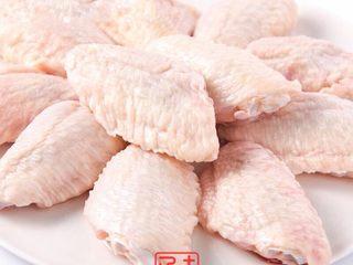 可乐鸡翅配可乐,我需要两碗米饭, 在超市买好鸡翅。带回家之后要做的好吃,这一步很重要 就是鸡翅对半切。